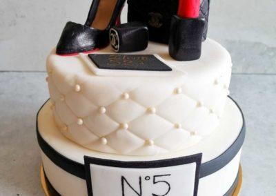 Elegancki tort na specjalne zamówienie dla eleganckiej kobiety Chanel - cukiernia Słodki Wentzl Kraków